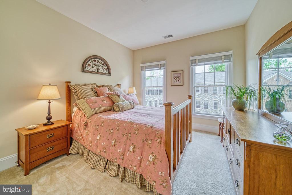 Secondary Bedroom with large closet - 6745 DARRELLS GRANT PL, FALLS CHURCH