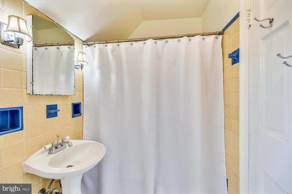 Upper level 2 full bath access from bed 1 and hall - 2407 KING ST, ALEXANDRIA
