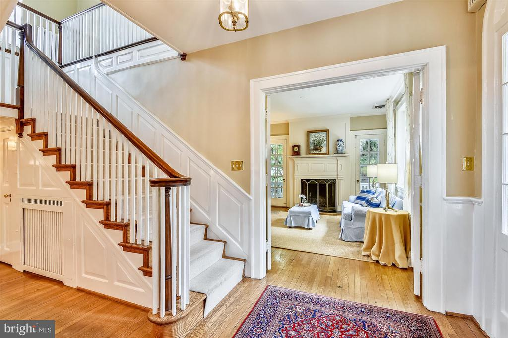 Grand staircase - classic feature of 1920s era - 2407 KING ST, ALEXANDRIA