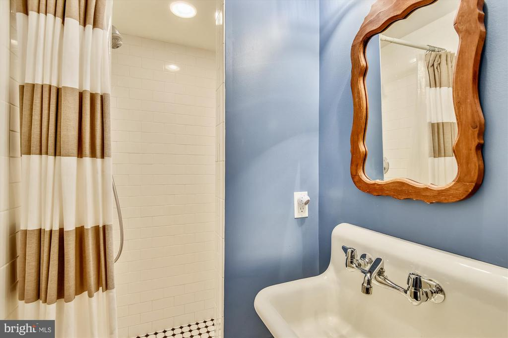 Lower level full bathroom - 2407 KING ST, ALEXANDRIA