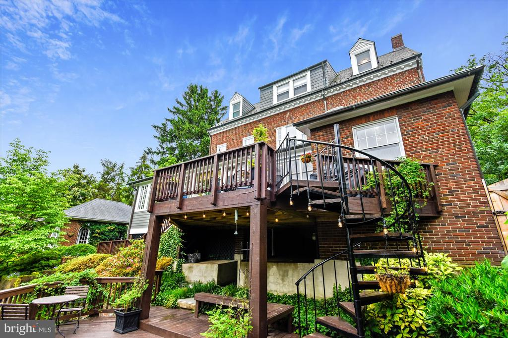 Two-tier terrace perfect for outdoor entertainment - 2407 KING ST, ALEXANDRIA