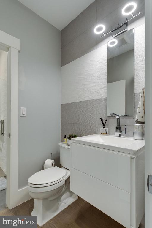 Details -  flooding vanity porcelain wall - 1313 N HERNDON ST, ARLINGTON