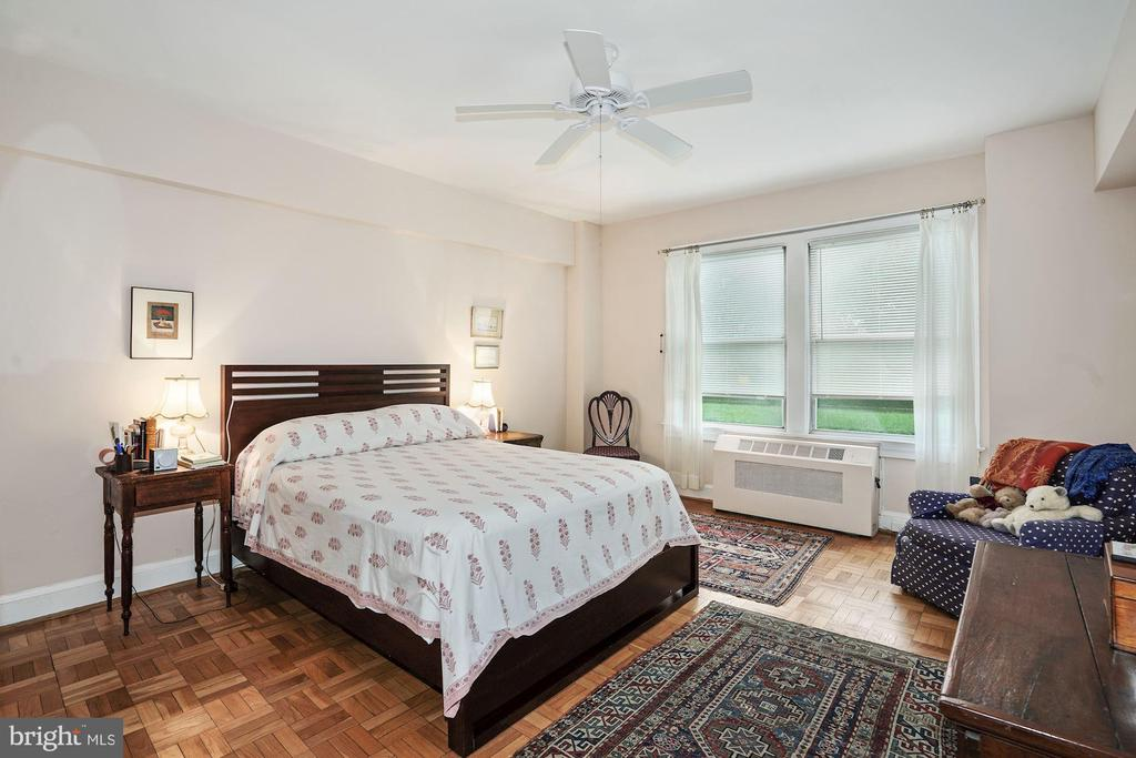 Spacious Master Bedroom with Garden  View - 4000 CATHEDRAL AVE NW #20-21B, WASHINGTON