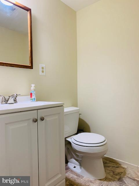MAIN LEVEL HALF BATH - 9414 FAIRLEIGH CT, BURKE