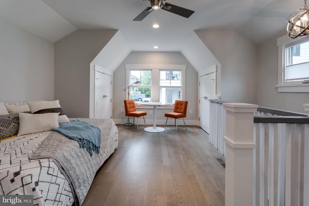 Full BR suite (above garage ) - 1313 N HERNDON ST, ARLINGTON