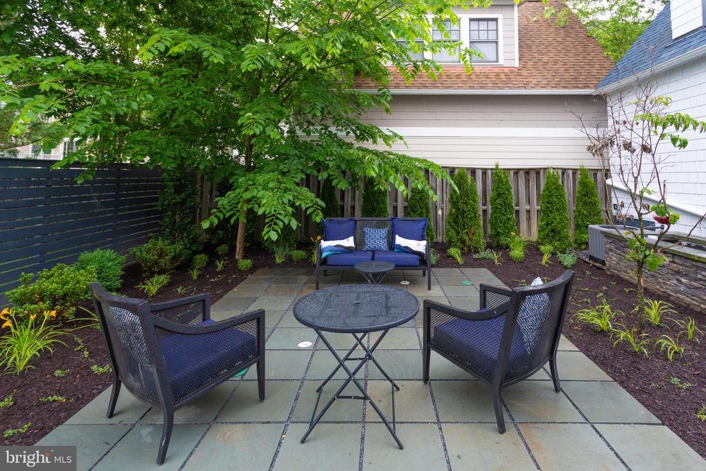 Beautiful garden - 1313 N HERNDON ST, ARLINGTON