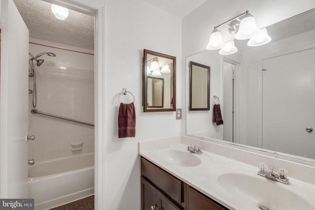 Upstairs full bath - 14337 MARLBOROUGH LN, UPPER MARLBORO