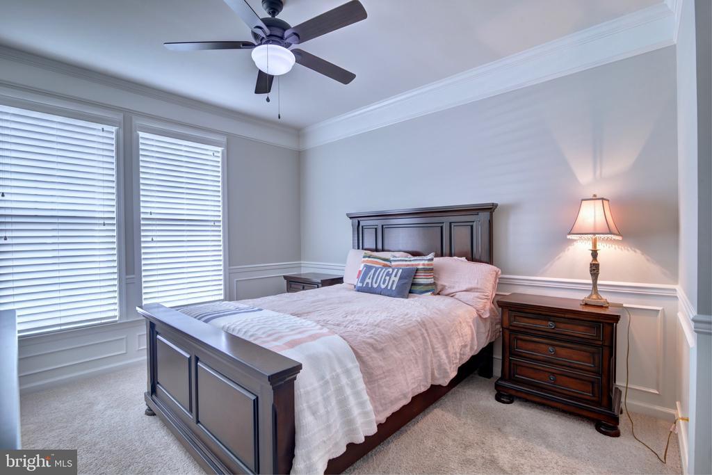 Main Level Bedroom with Full Bathroom - 42602 STRATFORD LANDING DR, BRAMBLETON