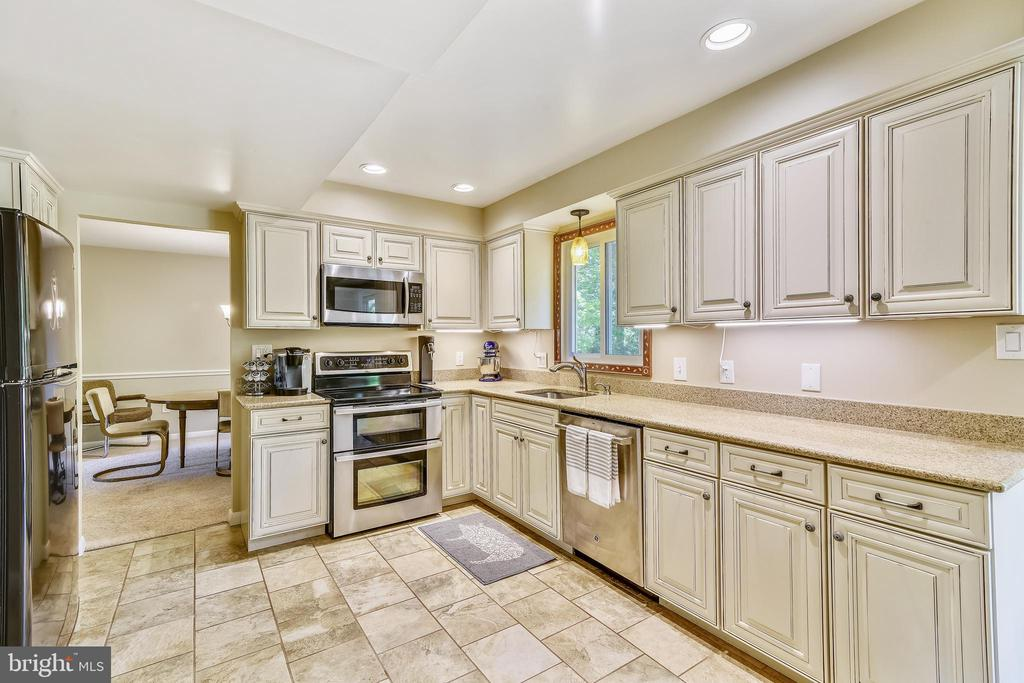 Kitchen - Plenty of counterspace & storage - 123 LAKE DR, STERLING