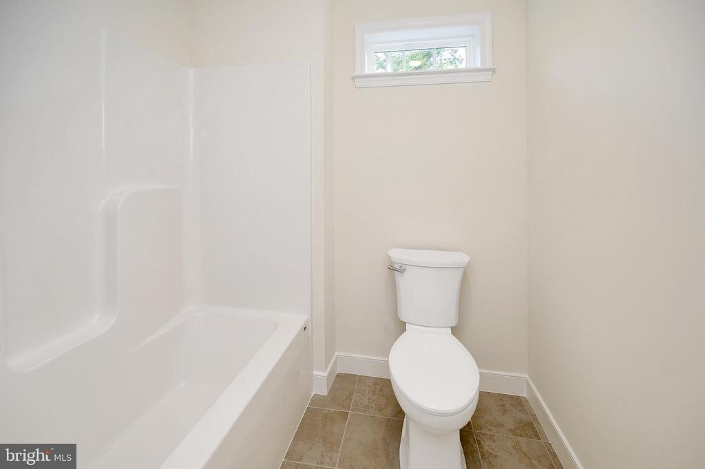 Upper level full bath - 34129 ENCHANTED WAY, LOCUST GROVE