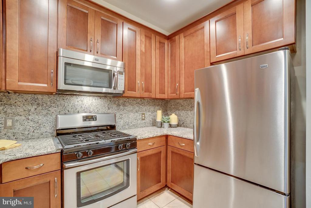Stylish kitchen with backsplash - 1645 INTERNATIONAL DR #407, MCLEAN