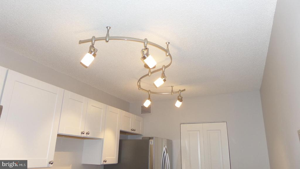 Track lighting in kitchen - 2059 HUNTINGTON AVE #211, ALEXANDRIA