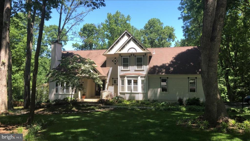Sprawling front yard with mature trees - 11012 BURYWOOD LN, RESTON