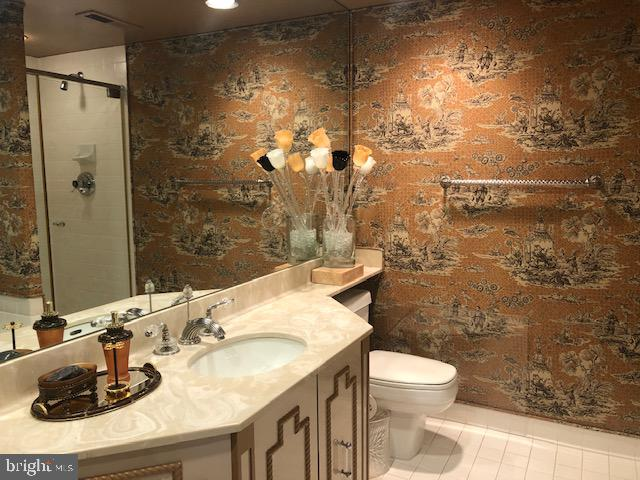 Second Full Bath with cloth wallpaper - 5809 NICHOLSON LN #409, NORTH BETHESDA