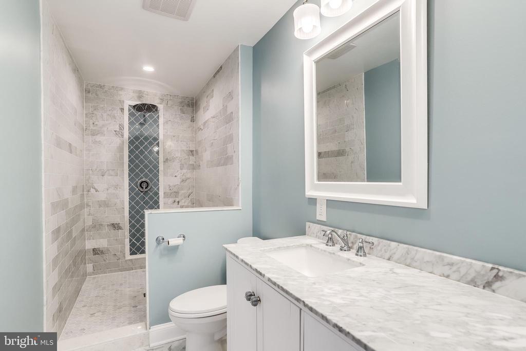 attached full bathroom - 108 N PAYNE ST, ALEXANDRIA