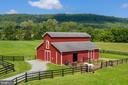 Lovely 4 stall Center Aisle Barn w/electric & H20 - 37986 KITE LN, LOVETTSVILLE