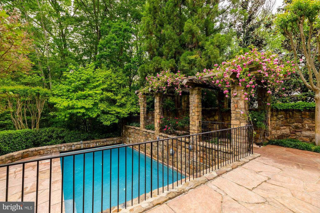 Pergola with Pool View - 8417 BROOKEWOOD CT, MCLEAN