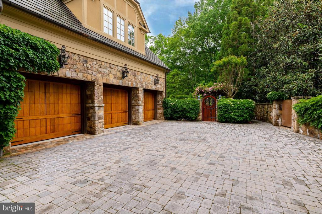 3-Car Garage - 8417 BROOKEWOOD CT, MCLEAN