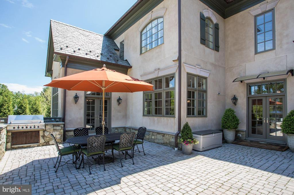 Patio & Built-in Grill - 606 DEERFIELD POND CT, GREAT FALLS