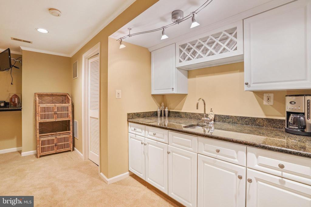 Wet bar - 2815 GIBSON OAKS DR, HERNDON
