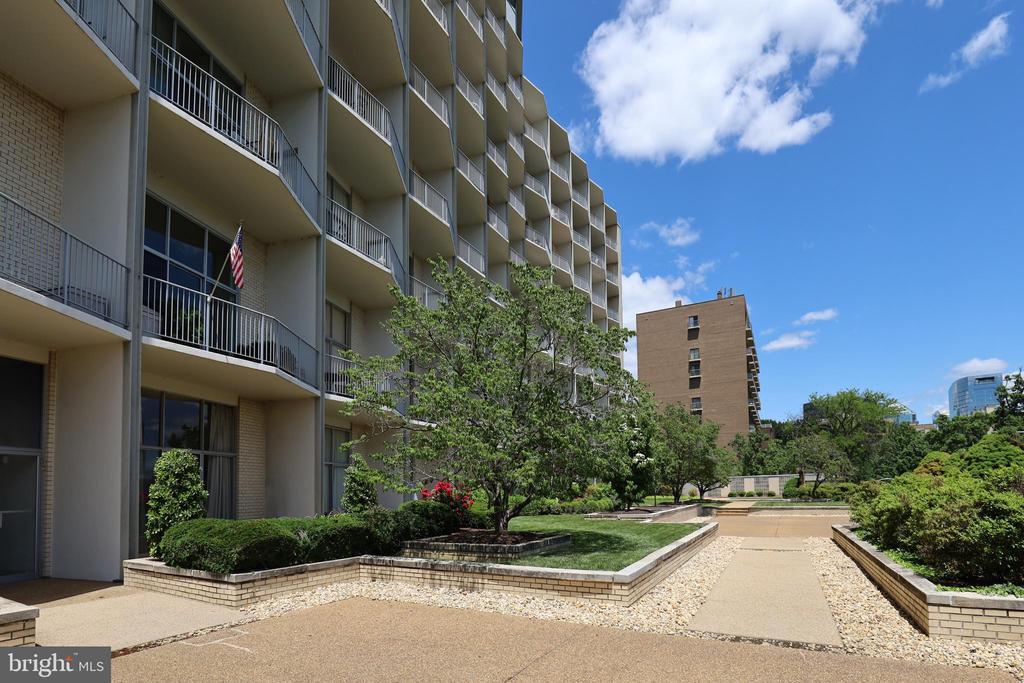 The Prospect House Courtyard - 1200 N NASH ST #824, ARLINGTON