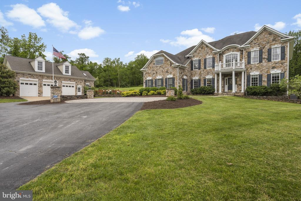 Front Exterior - Main Home and Detached Garage - 40243 FEATHERBED LN, LOVETTSVILLE