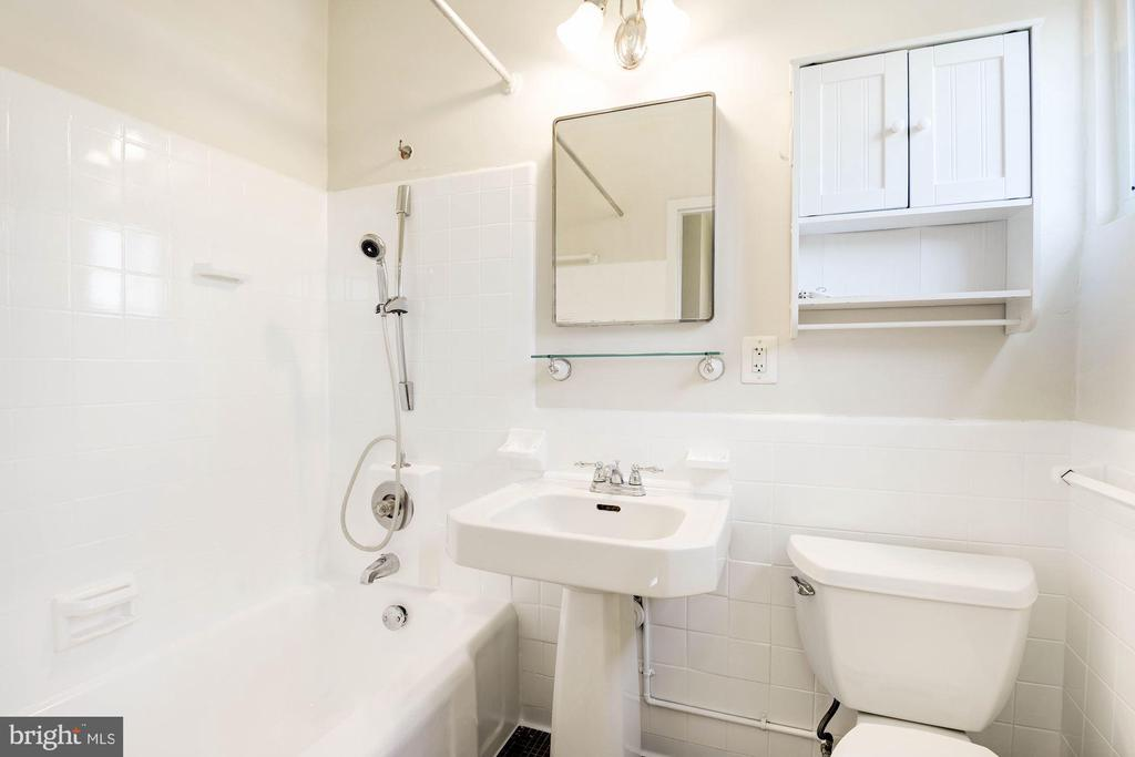 Remodeled full bath - 3526 VALLEY DR, ALEXANDRIA