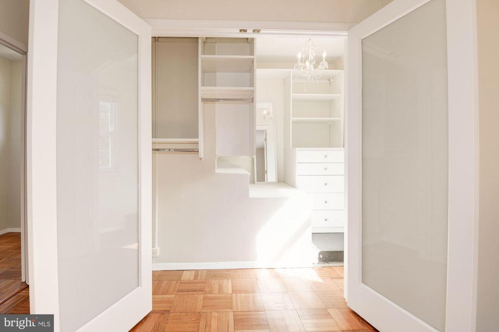 Large walk in closet - 3526 VALLEY DR, ALEXANDRIA