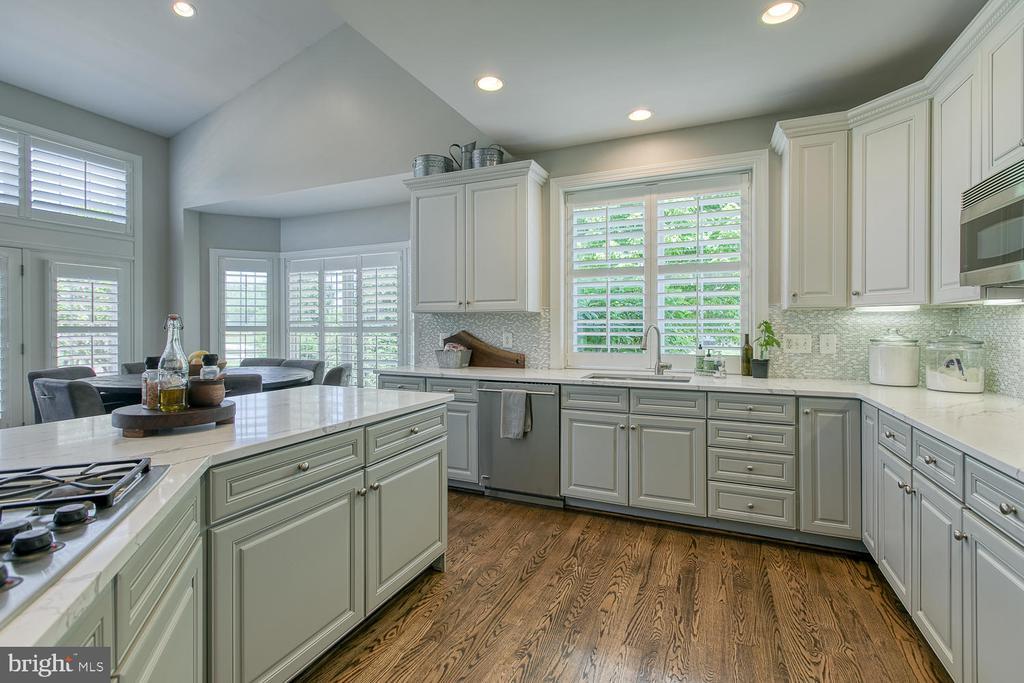 Updated Gourmet Kitchen, Quartz countertops - 21079 MILL BRANCH DR, LEESBURG