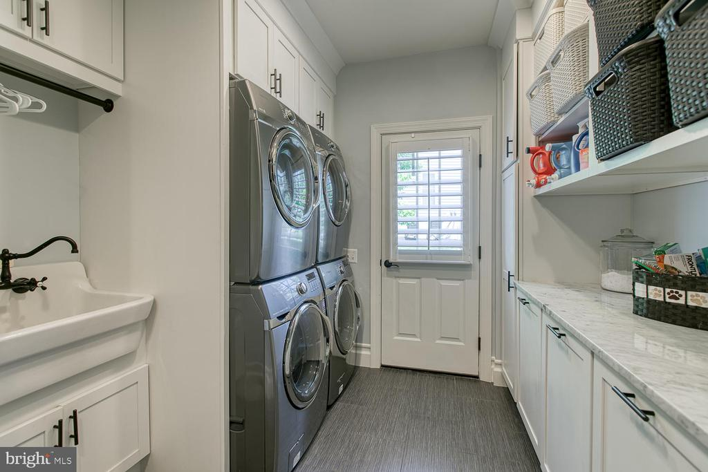 Stopppppp!Renovated and enlarged laundry/mudroom. - 21079 MILL BRANCH DR, LEESBURG