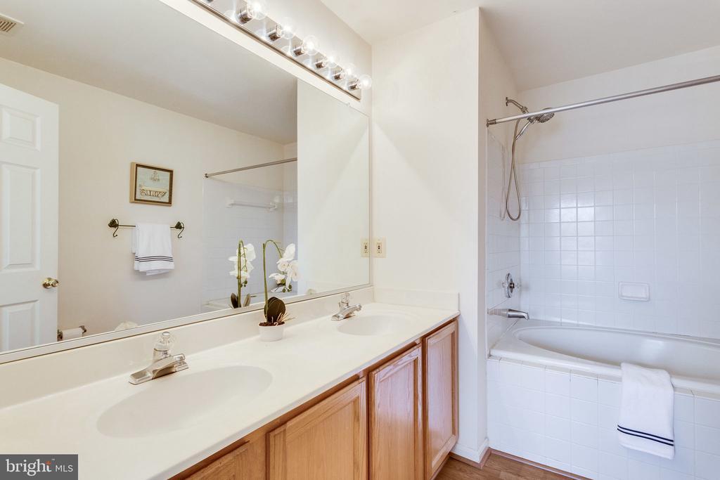 en suite master bath - 6362 DAKINE CIR, SPRINGFIELD
