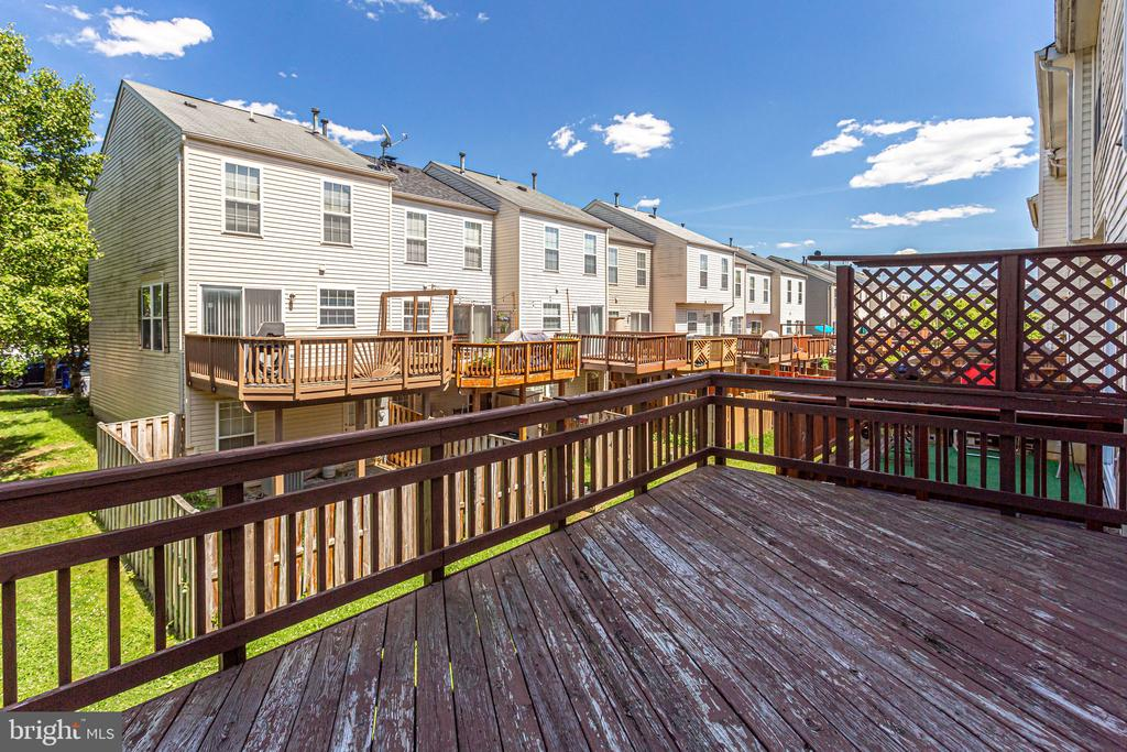 large deck room for BBQ and table/chairs - 6362 DAKINE CIR, SPRINGFIELD