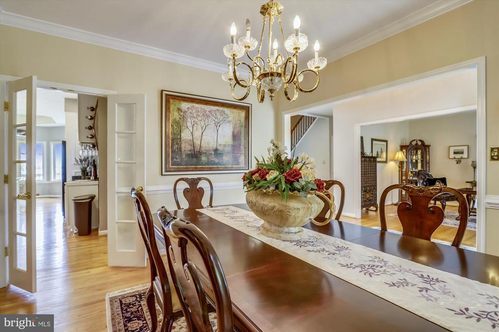 Large dining room is open to the kitchen and entry - 19 POTOMAC OVERLOOK LN, STAFFORD