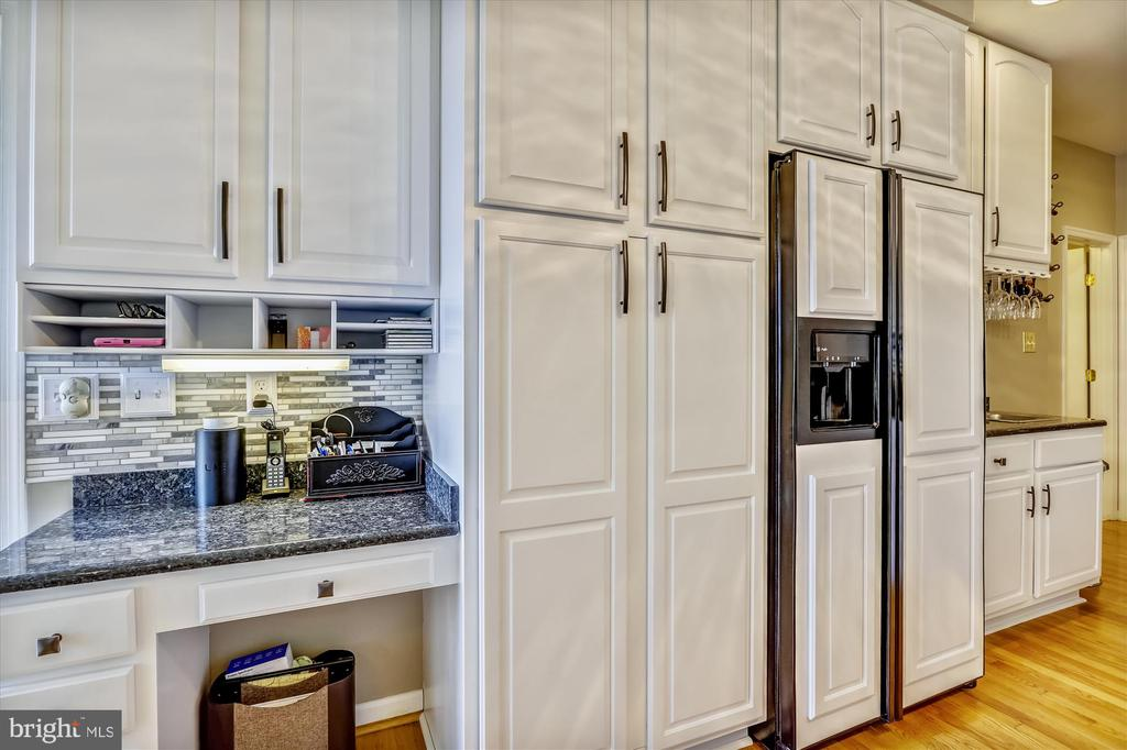 Gorgeous white cabinets and a built in desk - 19 POTOMAC OVERLOOK LN, STAFFORD