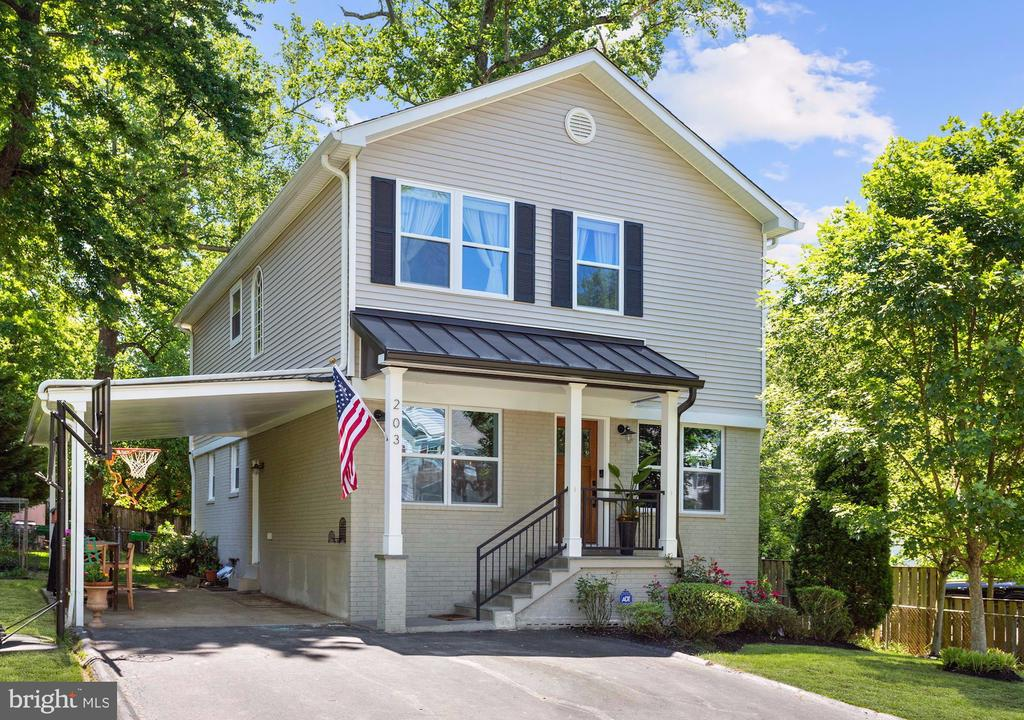 Charming Updated Colonial. - 203 TAPAWINGO RD SE, VIENNA