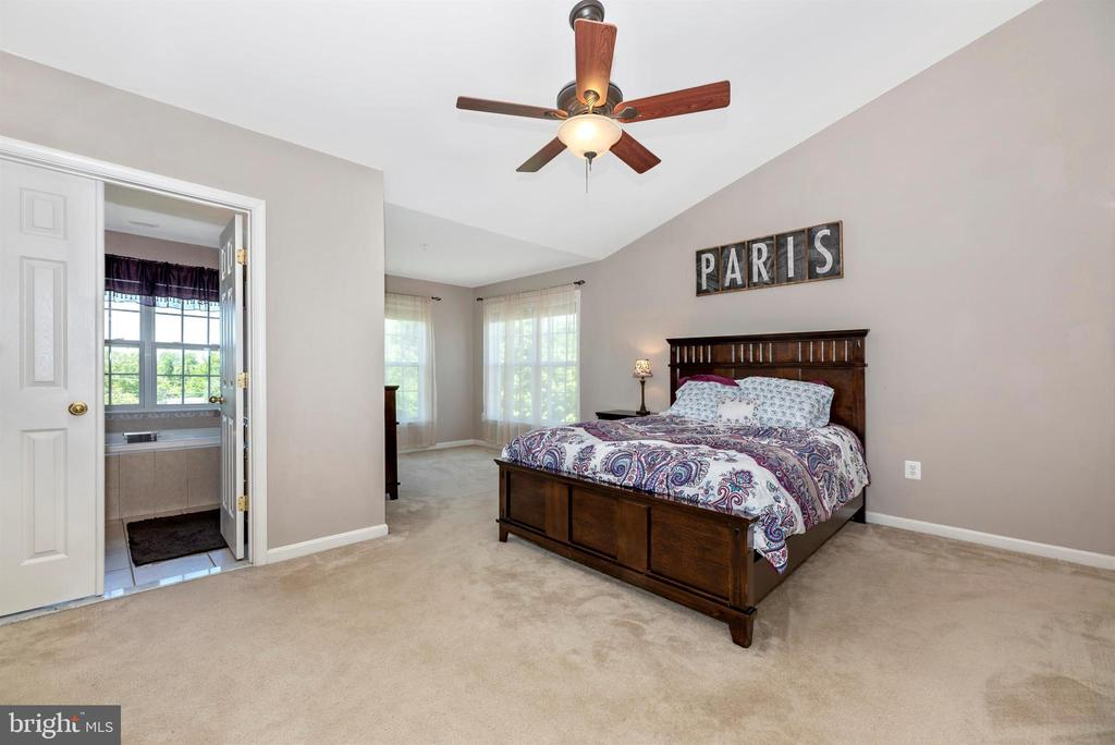 MASTER BEDROOM W/ VAULTED CEILINGS - 301 GREEN FERN CIR, BOONSBORO
