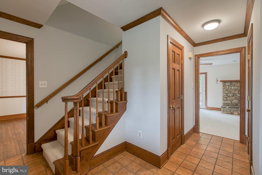 Large foyer! - 7185 REBEL DR, WARRENTON
