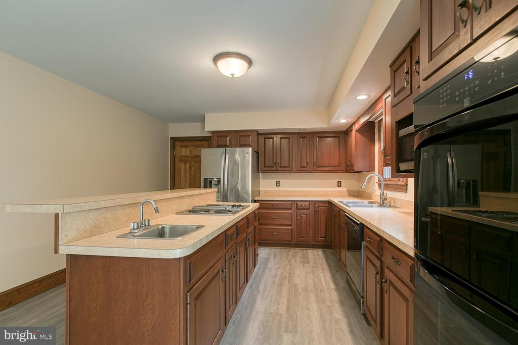 A chef's kitchen waiting for your personal touch! - 7185 REBEL DR, WARRENTON