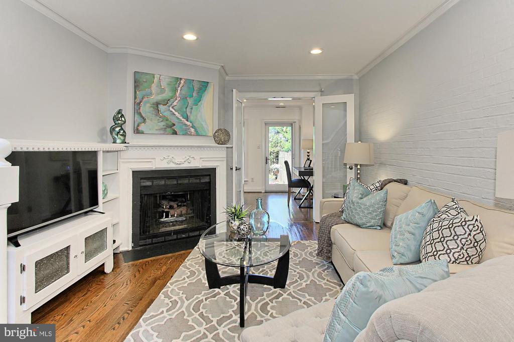 Living room w/ gas fireplace - 420 N COLUMBUS ST, ALEXANDRIA