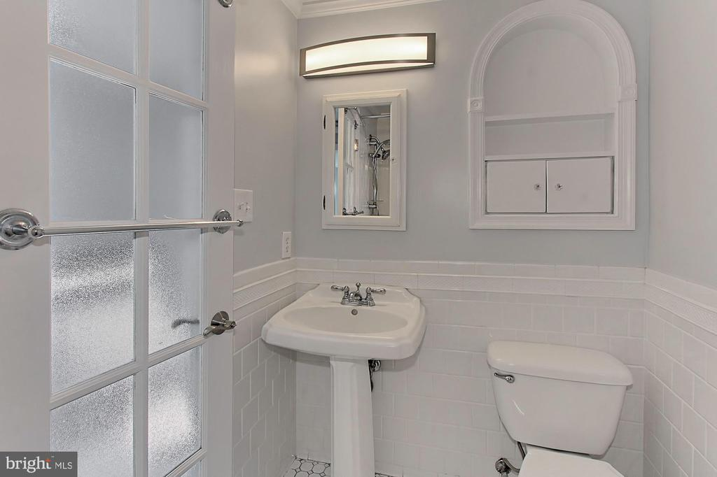 Hall bath -- with unique features - 420 N COLUMBUS ST, ALEXANDRIA