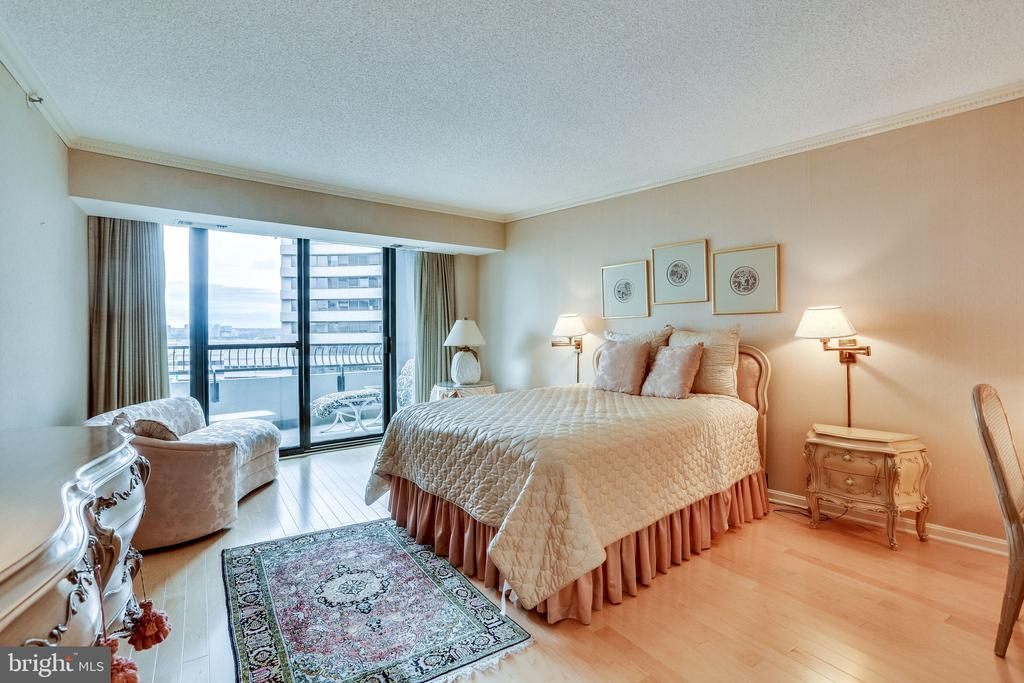 master bedroom w private blacony - 1300 CRYSTAL DR #1306S, ARLINGTON