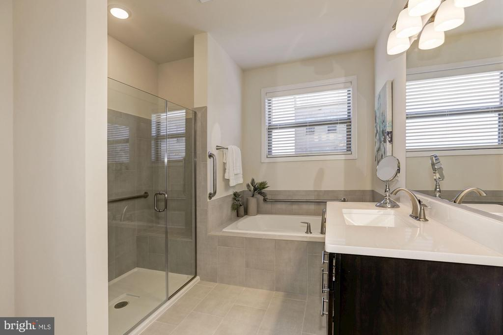 Sit down shower, soak tub, sep. water closet - 42890 SANDY QUAIL TER, ASHBURN