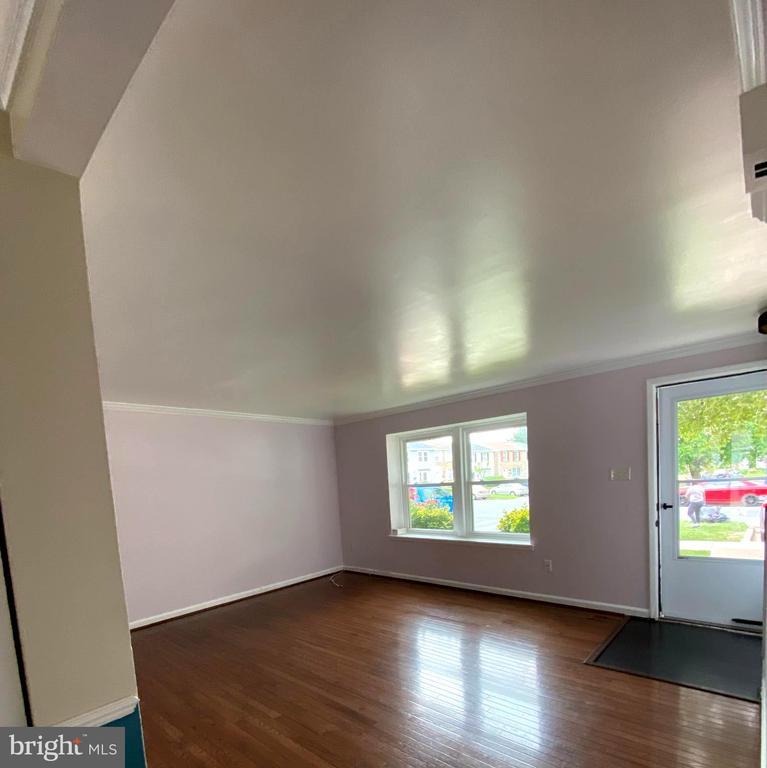Living room with Hardwood Floors - 18711 BARN SWALLOW TER, GAITHERSBURG