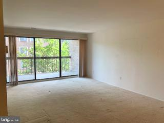 Large living room with wall of windows - 3031 BORGE ST #205, OAKTON