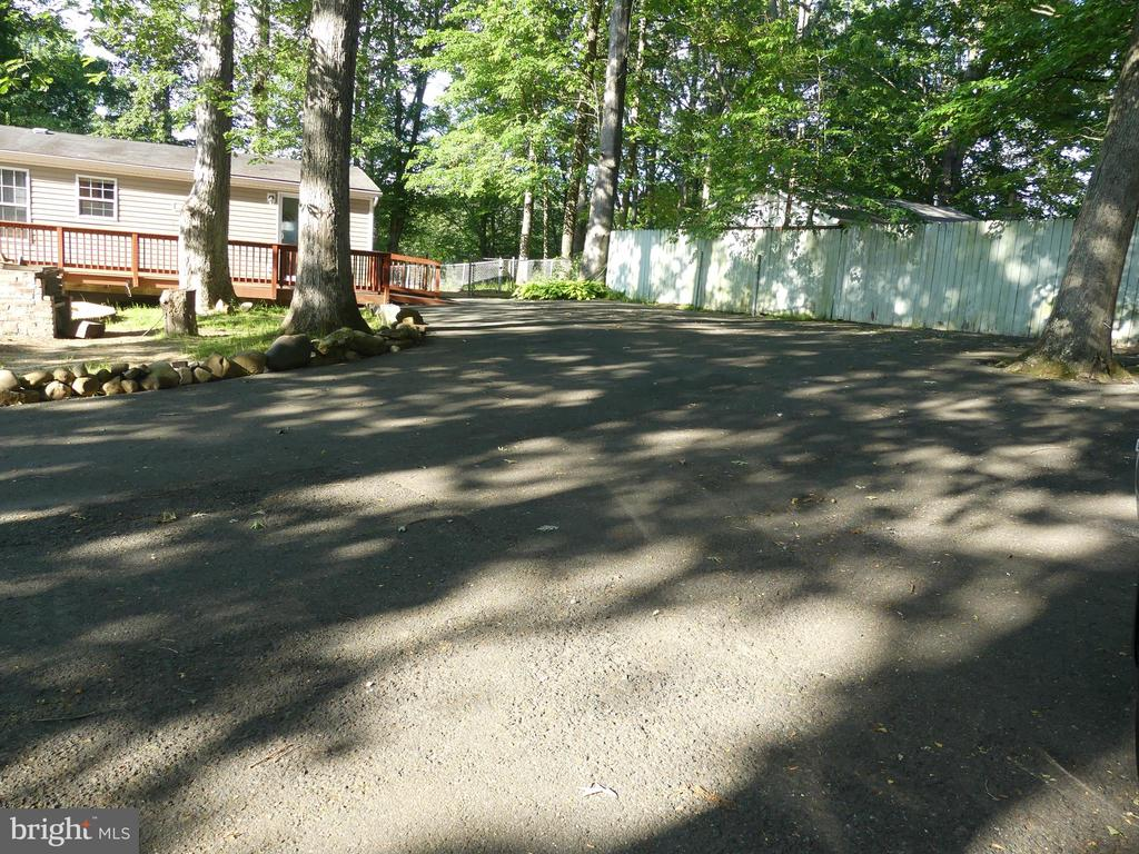 Expansive driveway with shed and carport. - 34 WALKER WAY, STAFFORD
