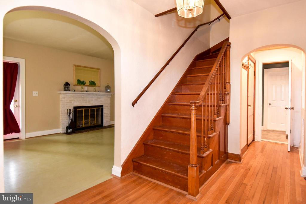 Hardwood Floors on entire main level - 106 VALLEY VIEW PL, FREDERICKSBURG