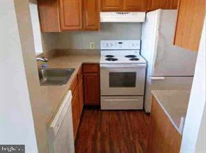 Great kitchen with corian counter tops - 301 S REYNOLDS ST #601, ALEXANDRIA
