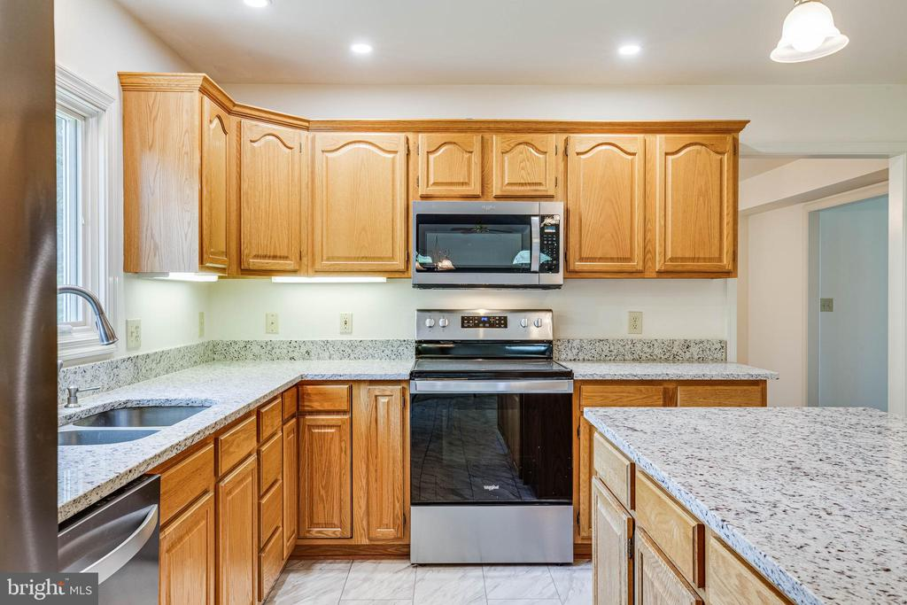 New stainless appliances and granite countertops! - 208 OLD LANDING CT, FREDERICKSBURG