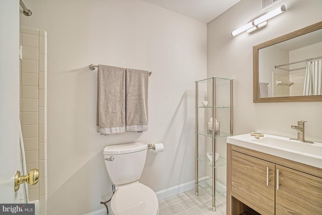 Hall bath in upper level - 9104 CRICKLEWOOD CT, VIENNA