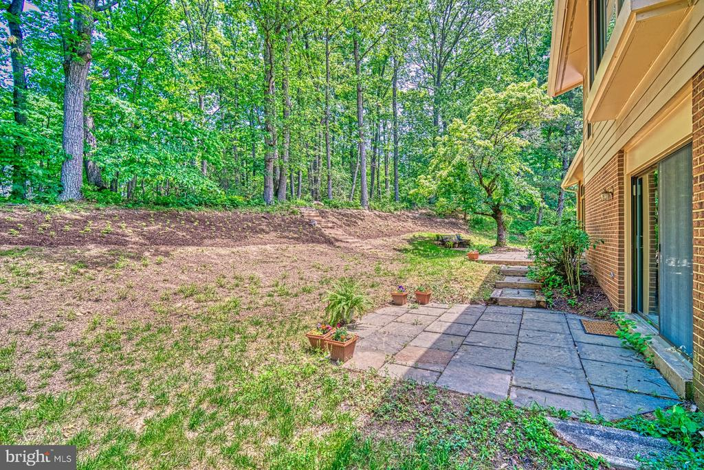 Nature surrounds and gives privacy - 9104 CRICKLEWOOD CT, VIENNA
